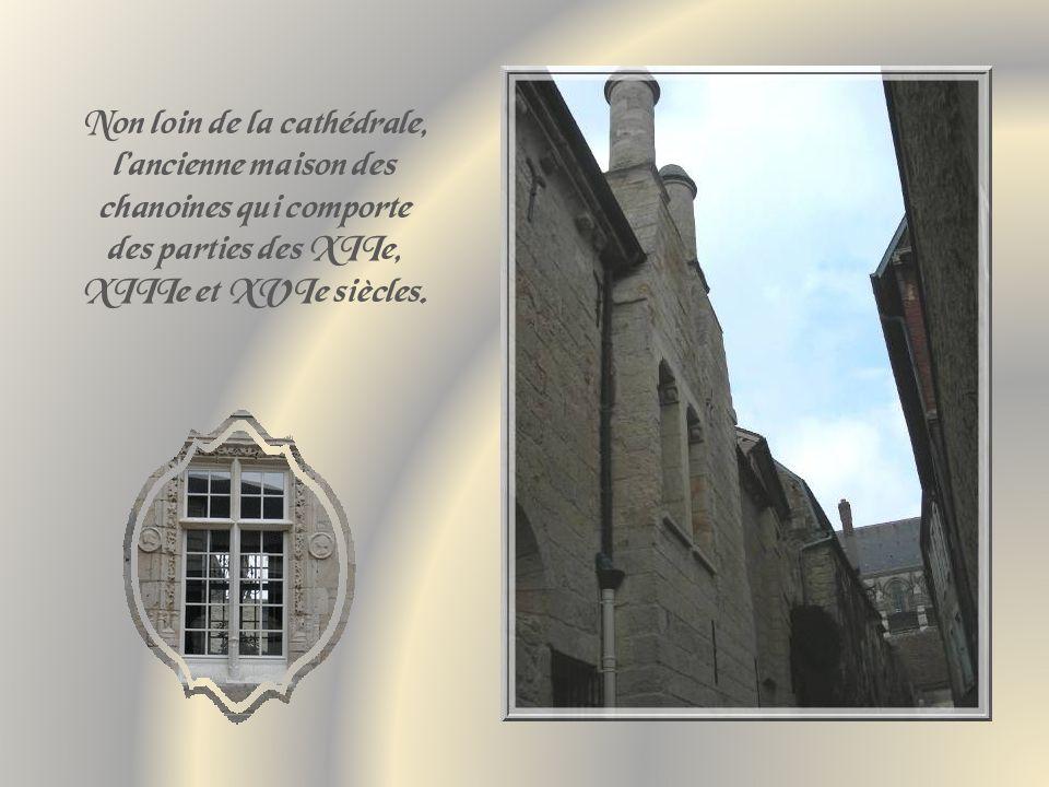 Non loin de la cathédrale, l'ancienne maison des chanoines qui comporte des parties des XIIe, XIIIe et XVIe siècles.