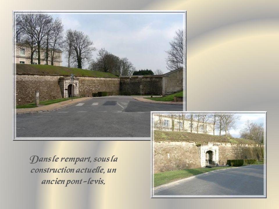 Dans le rempart, sous la construction actuelle, un ancien pont-levis.