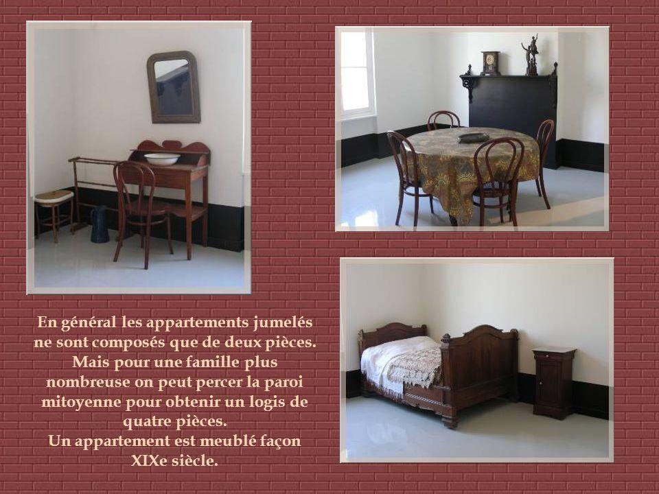 Un appartement est meublé façon XIXe siècle.