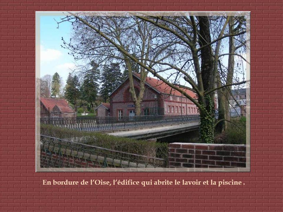 En bordure de l'Oise, l'édifice qui abrite le lavoir et la piscine .