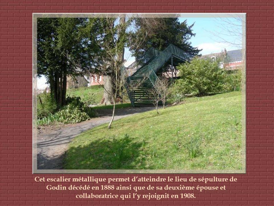Cet escalier métallique permet d'atteindre le lieu de sépulture de Godin décédé en 1888 ainsi que de sa deuxième épouse et collaboratrice qui l'y rejoignit en 1908.