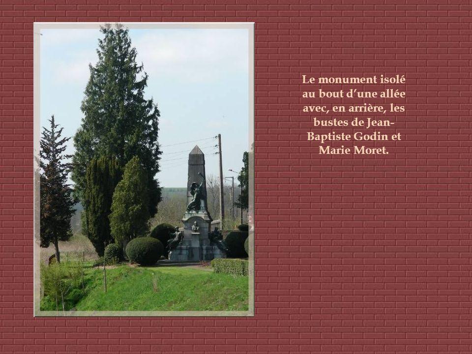 Le monument isolé au bout d'une allée avec, en arrière, les bustes de Jean-Baptiste Godin et Marie Moret.
