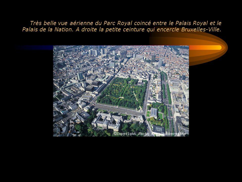 Très belle vue aérienne du Parc Royal coincé entre le Palais Royal et le Palais de la Nation.