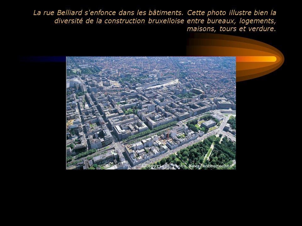 La rue Belliard s enfonce dans les bâtiments