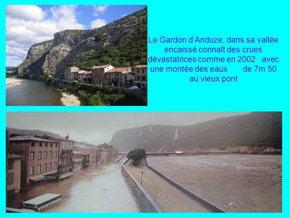 Le Gardon d'Anduze, dans sa vallée encaissé connaît des crues dévastatrices comme en 2002 avec une montée des eaux de 7m 50 au vieux pont