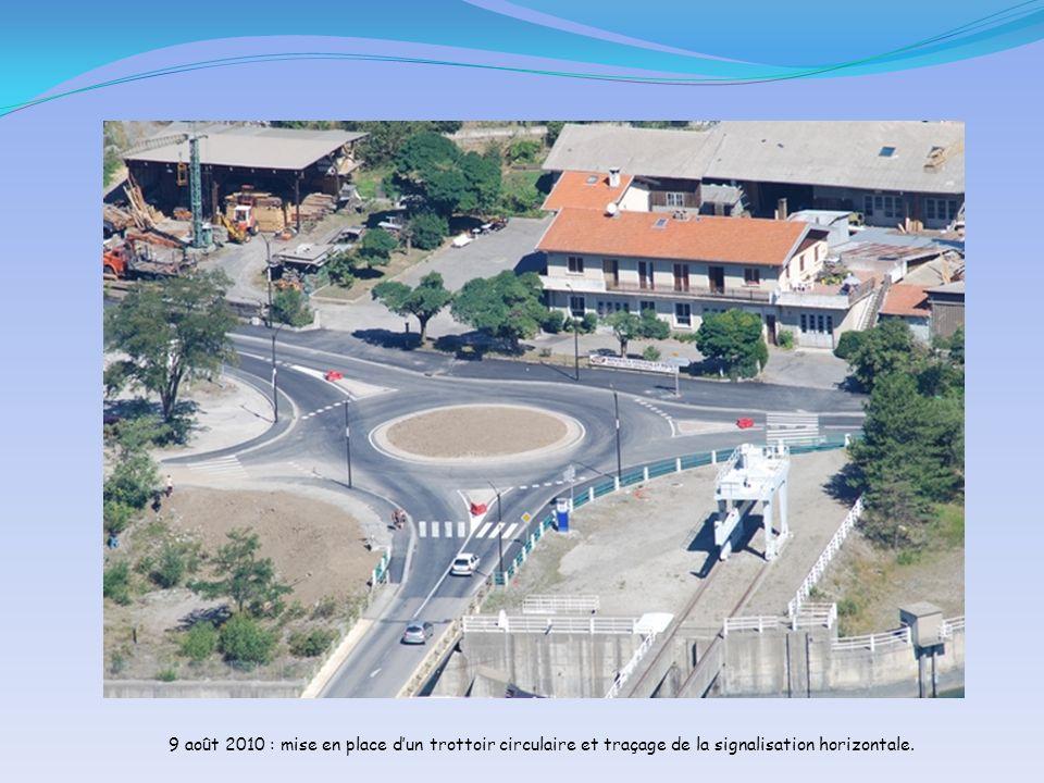 9 août 2010 : mise en place d'un trottoir circulaire et traçage de la signalisation horizontale.