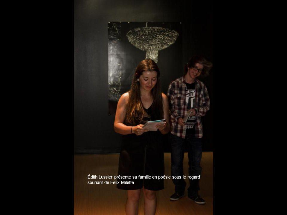 Édith Lussier présente sa famille en poésie sous le regard souriant de Félix Milette