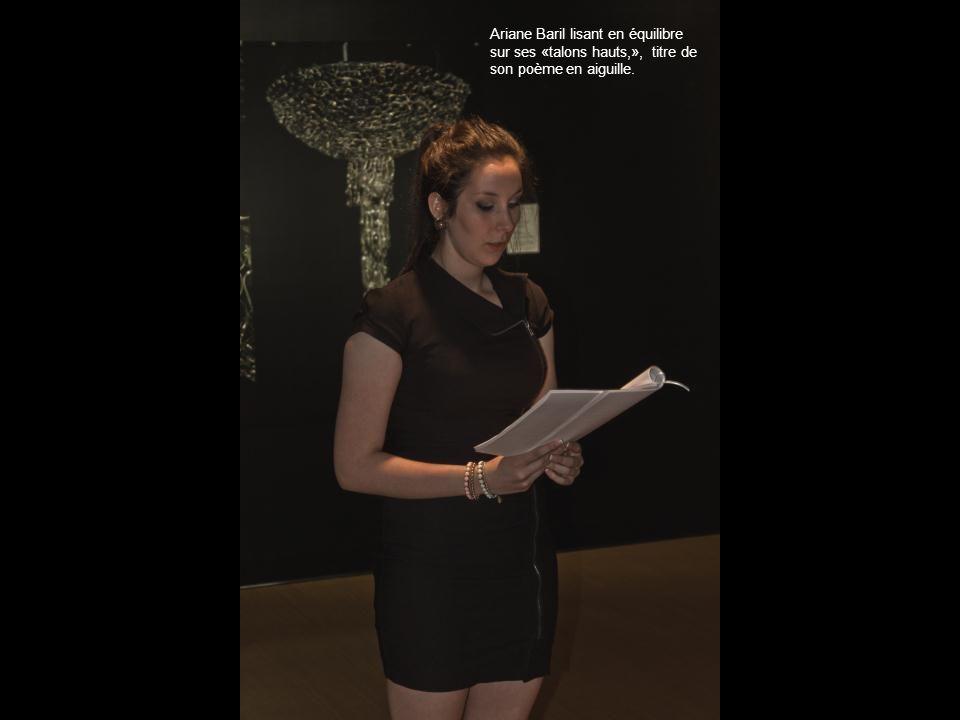 Ariane Baril lisant en équilibre sur ses «talons hauts,», titre de son poème en aiguille.