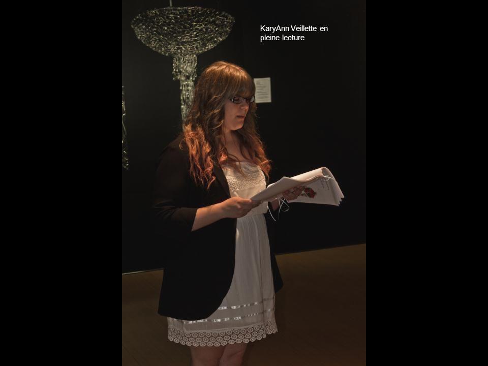 KaryAnn Veillette en pleine lecture