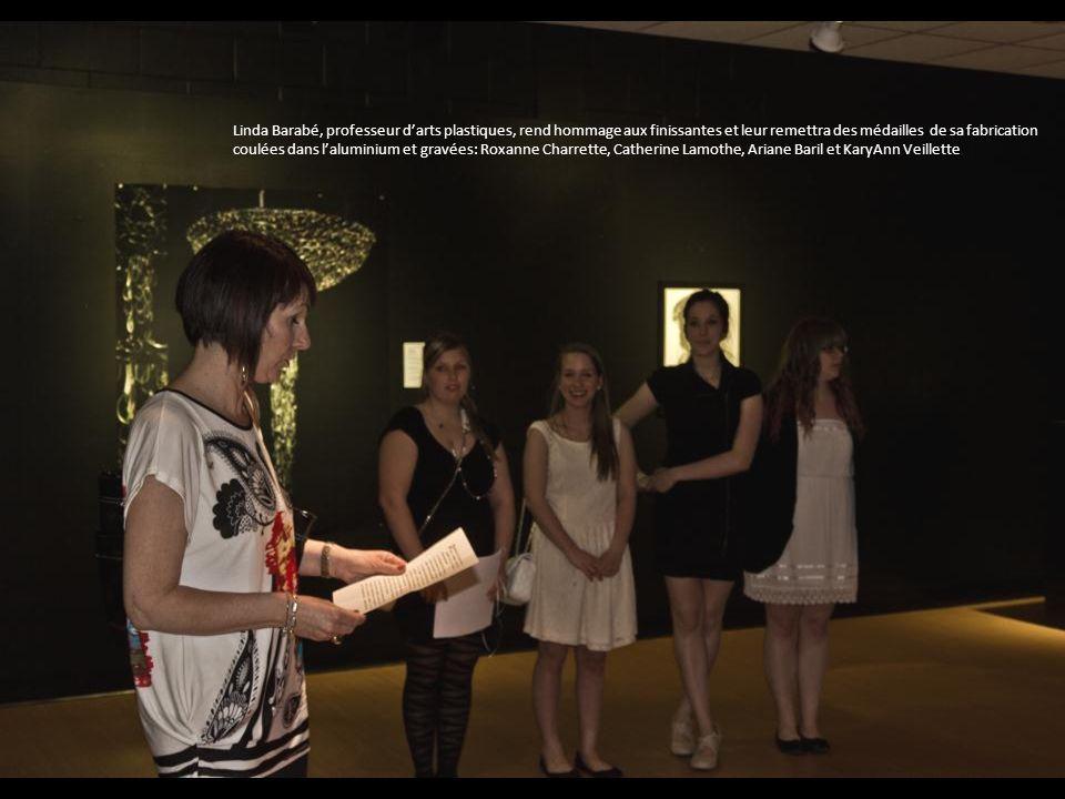 Linda Barabé, professeur d'arts plastiques, rend hommage aux finissantes et leur remettra des médailles de sa fabrication coulées dans l'aluminium et gravées: Roxanne Charrette, Catherine Lamothe, Ariane Baril et KaryAnn Veillette