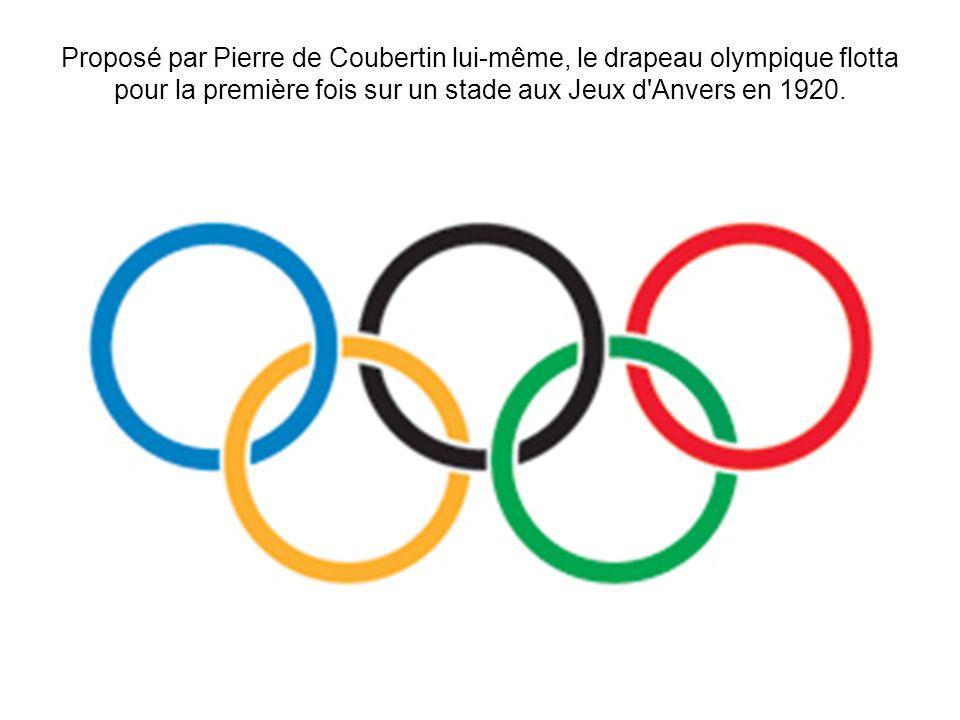 Proposé par Pierre de Coubertin lui-même, le drapeau olympique flotta pour la première fois sur un stade aux Jeux d Anvers en 1920.