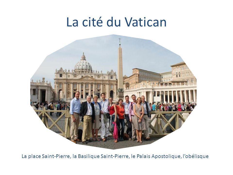 La cité du Vatican La place Saint-Pierre, la Basilique Saint-Pierre, le Palais Apostolique, l'obélisque.