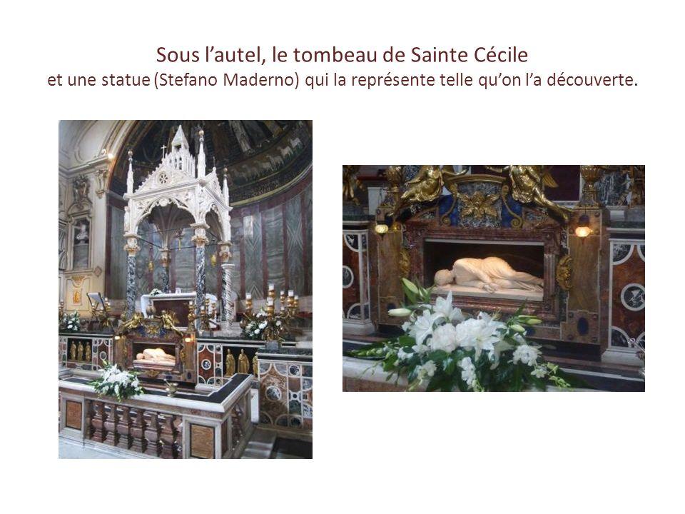 Sous l'autel, le tombeau de Sainte Cécile et une statue (Stefano Maderno) qui la représente telle qu'on l'a découverte.