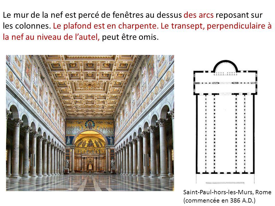 Le mur de la nef est percé de fenêtres au dessus des arcs reposant sur les colonnes. Le plafond est en charpente. Le transept, perpendiculaire à la nef au niveau de l'autel, peut être omis.