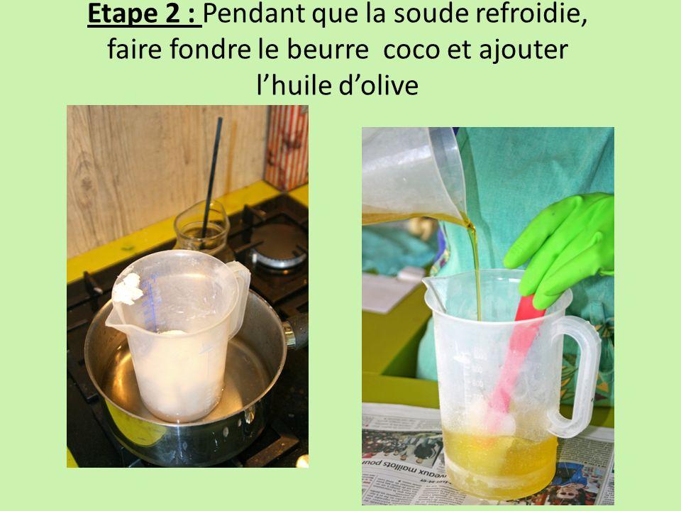 Etape 2 : Pendant que la soude refroidie, faire fondre le beurre coco et ajouter l'huile d'olive
