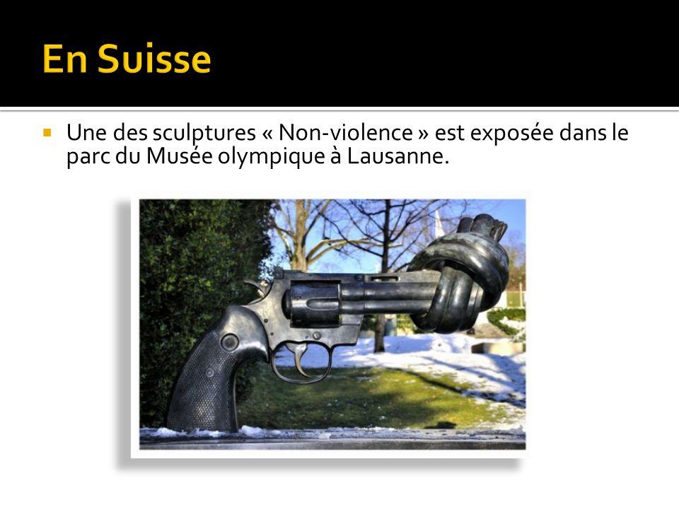 En Suisse Une des sculptures « Non-violence » est exposée dans le parc du Musée olympique à Lausanne.