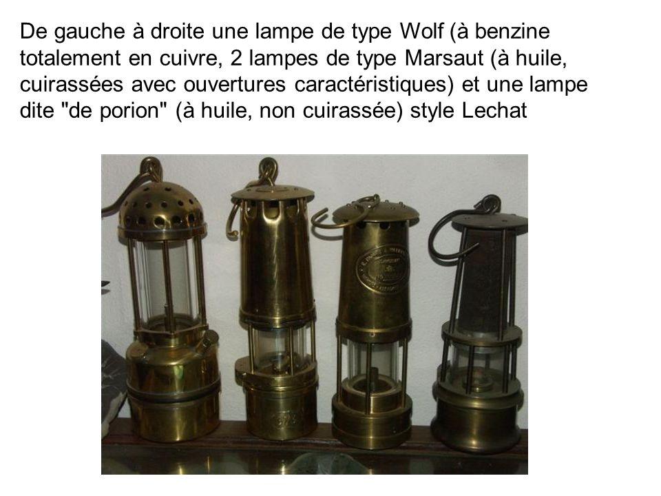 De gauche à droite une lampe de type Wolf (à benzine totalement en cuivre, 2 lampes de type Marsaut (à huile, cuirassées avec ouvertures caractéristiques) et une lampe dite de porion (à huile, non cuirassée) style Lechat