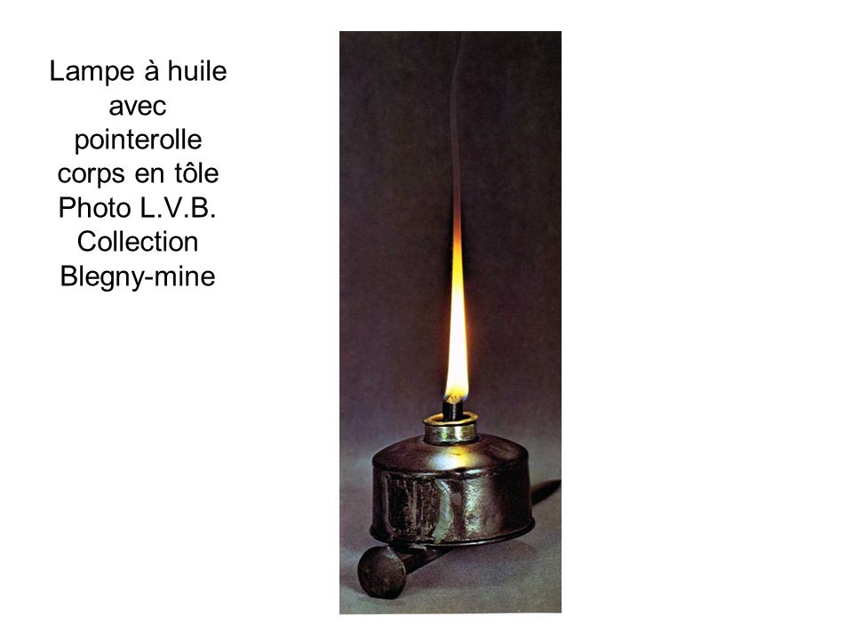 Lampe à huile avec pointerolle corps en tôle Photo L. V. B