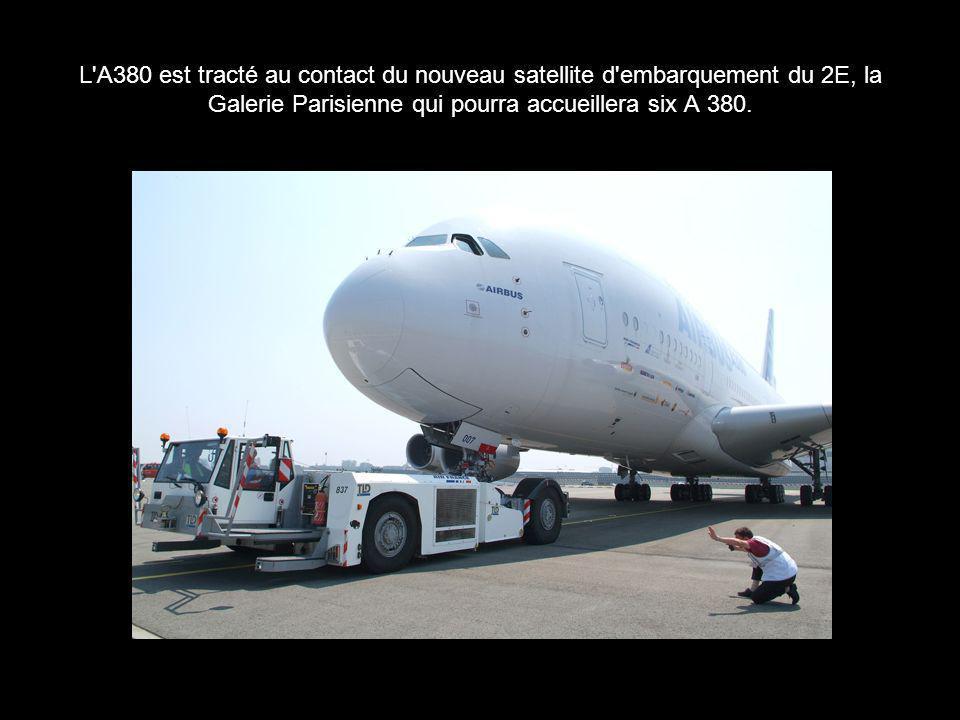 L A380 est tracté au contact du nouveau satellite d embarquement du 2E, la Galerie Parisienne qui pourra accueillera six A 380.