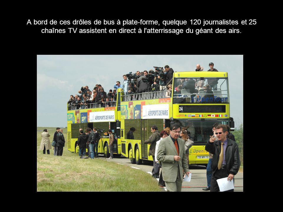 A bord de ces drôles de bus à plate-forme, quelque 120 journalistes et 25 chaînes TV assistent en direct à l atterrissage du géant des airs.
