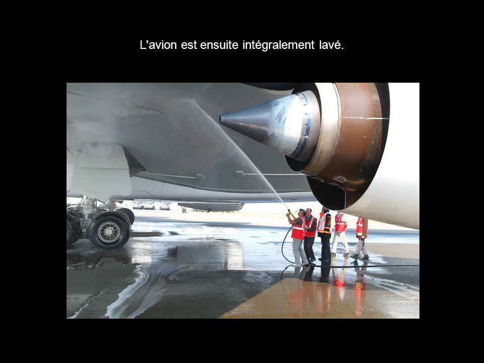 L avion est ensuite intégralement lavé.