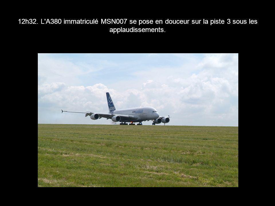 12h32. L A380 immatriculé MSN007 se pose en douceur sur la piste 3 sous les applaudissements.