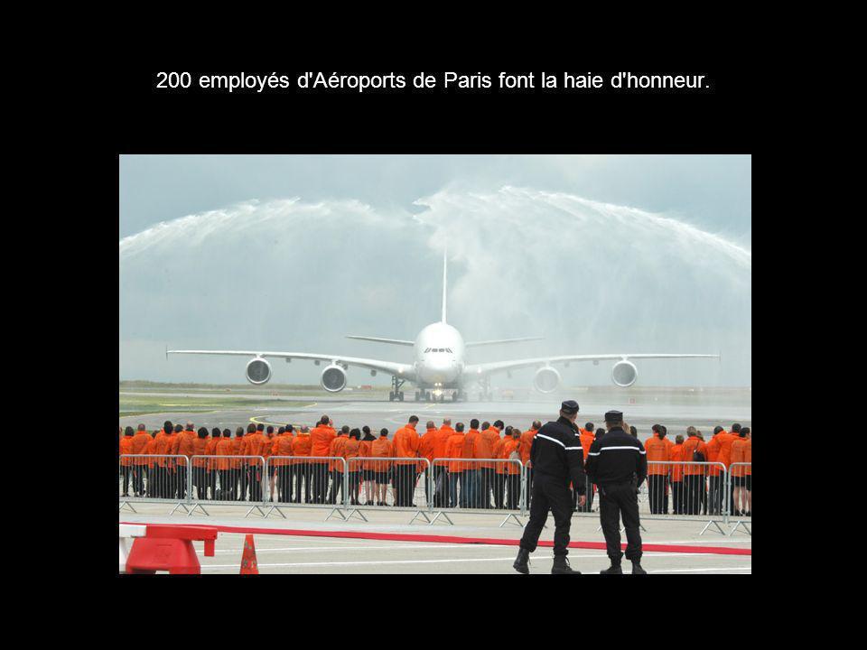 200 employés d Aéroports de Paris font la haie d honneur.