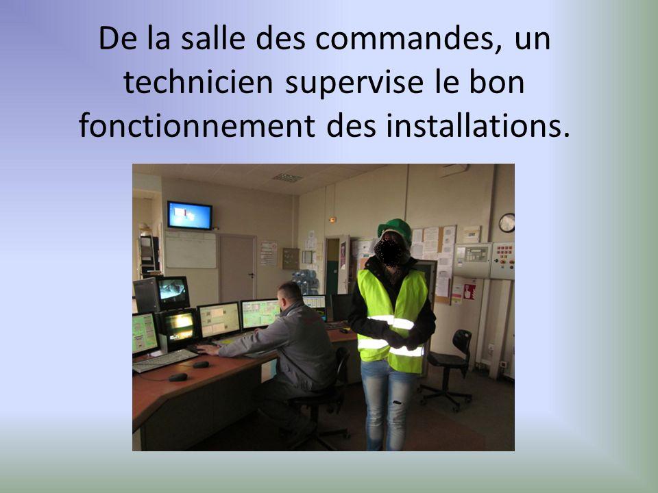 De la salle des commandes, un technicien supervise le bon fonctionnement des installations.