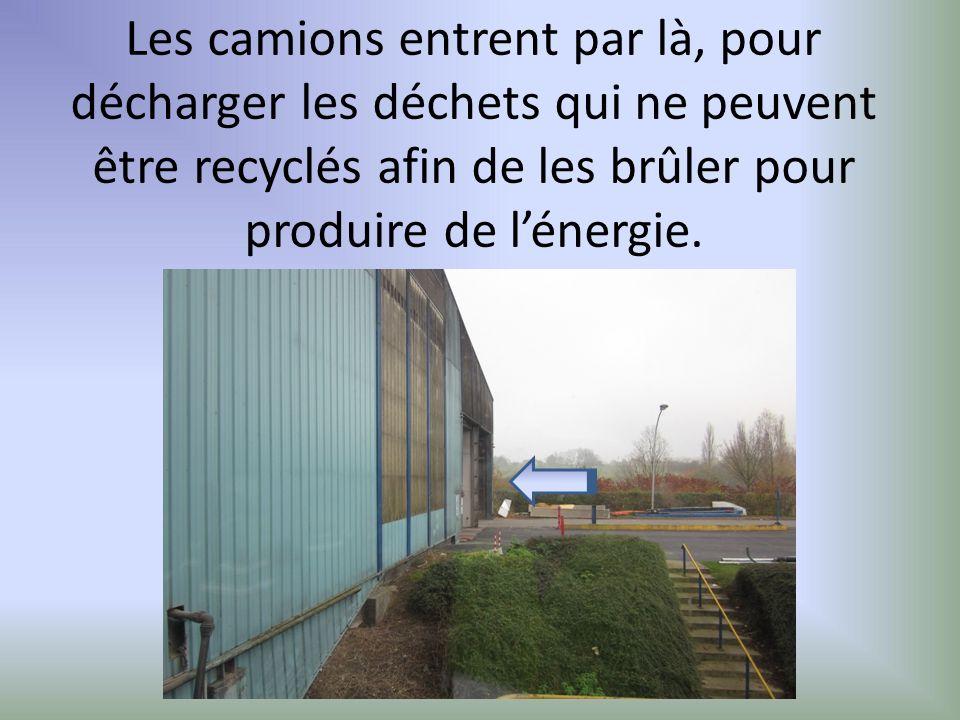 Les camions entrent par là, pour décharger les déchets qui ne peuvent être recyclés afin de les brûler pour produire de l'énergie.
