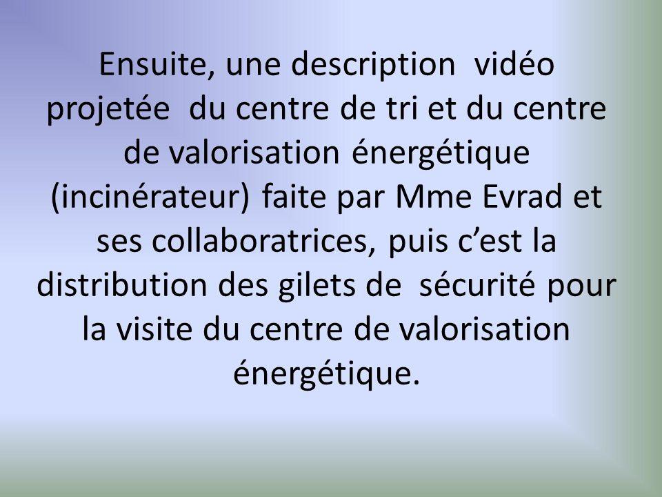 Ensuite, une description vidéo projetée du centre de tri et du centre de valorisation énergétique (incinérateur) faite par Mme Evrad et ses collaboratrices, puis c'est la distribution des gilets de sécurité pour la visite du centre de valorisation énergétique.