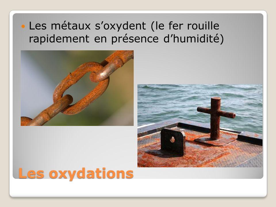 Les métaux s'oxydent (le fer rouille rapidement en présence d'humidité)
