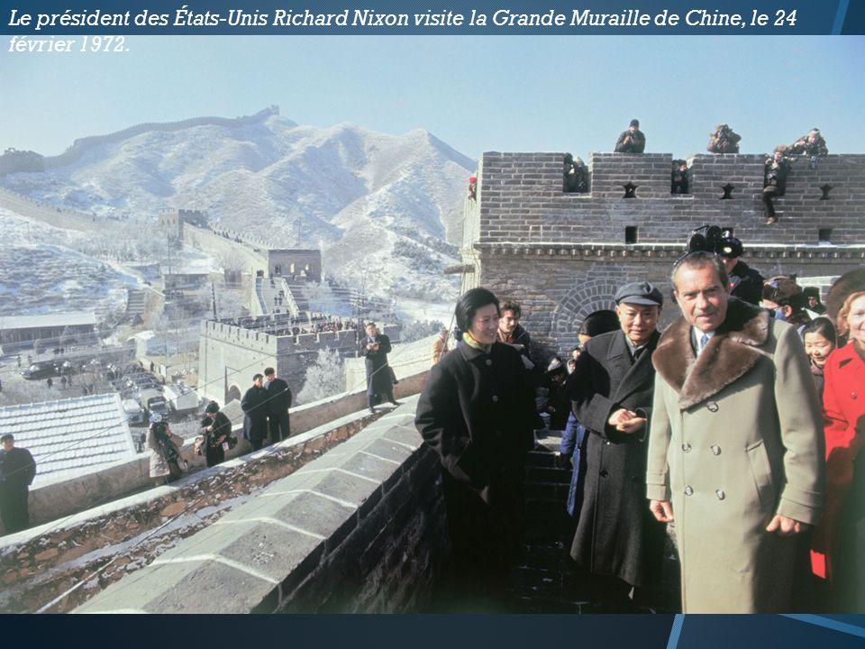 Le président des États-Unis Richard Nixon visite la Grande Muraille de Chine, le 24 février 1972.