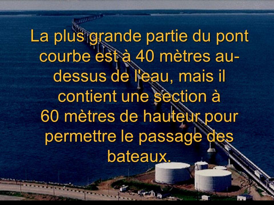 La plus grande partie du pont courbe est à 40 mètres au-dessus de l eau, mais il contient une section à 60 mètres de hauteur pour permettre le passage des bateaux.