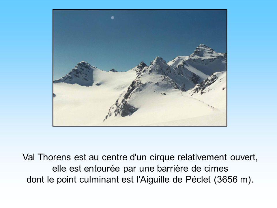 Val Thorens est au centre d un cirque relativement ouvert, elle est entourée par une barrière de cimes dont le point culminant est l Aiguille de Péclet (3656 m).