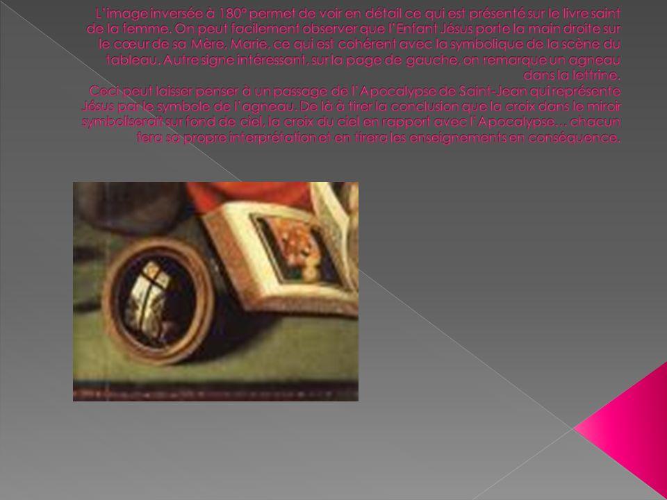 L'image inversée à 180° permet de voir en détail ce qui est présenté sur le livre saint de la femme.