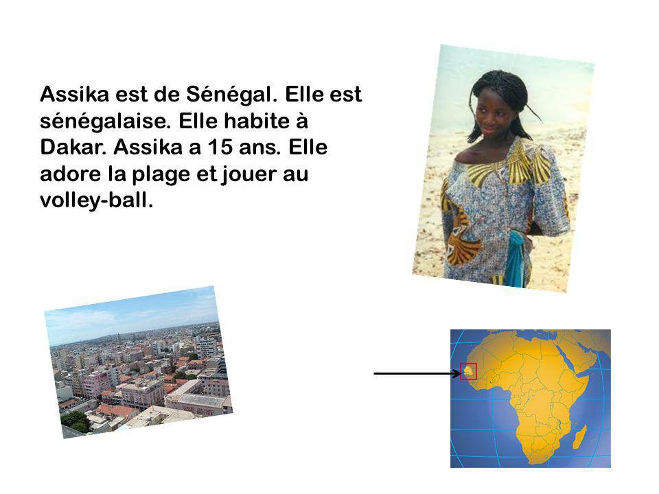 Assika est de Sénégal. Elle est sénégalaise. Elle habite à Dakar