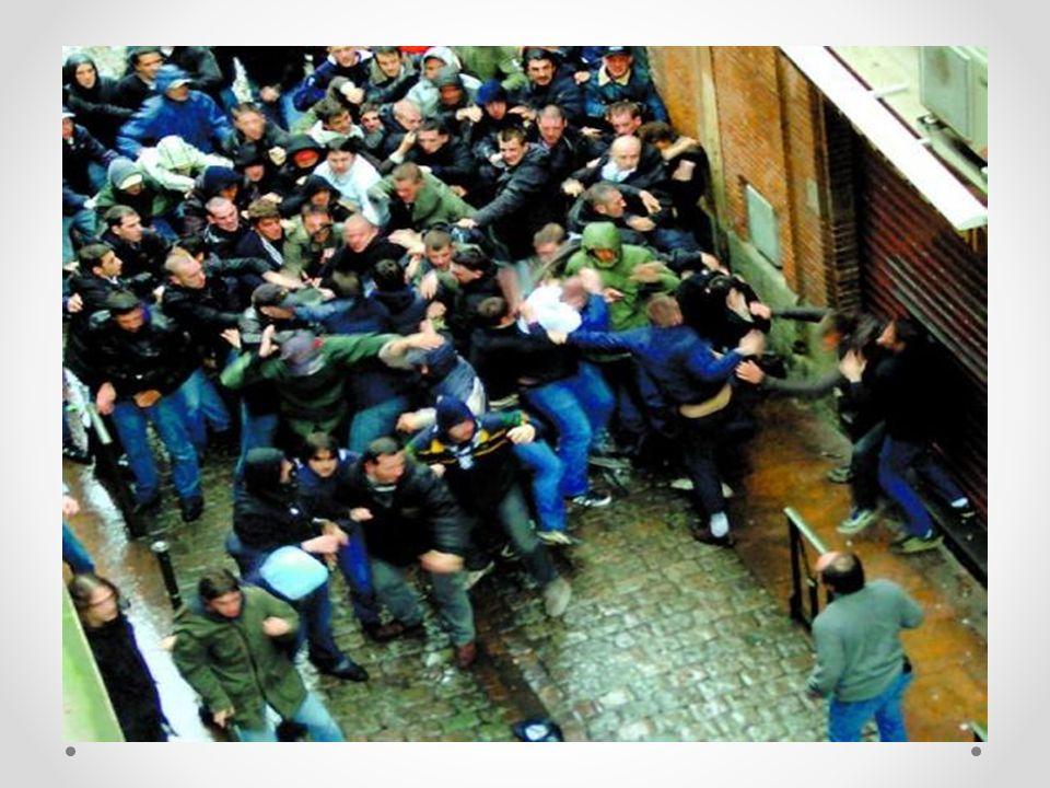 Construits comme de véritables spectacles par les jeunes et par les médias eux-mêmes, à quels besoins, répondent les combats de rues (fights) de bandes de supporters à l'issue de certaines rencontres sportives