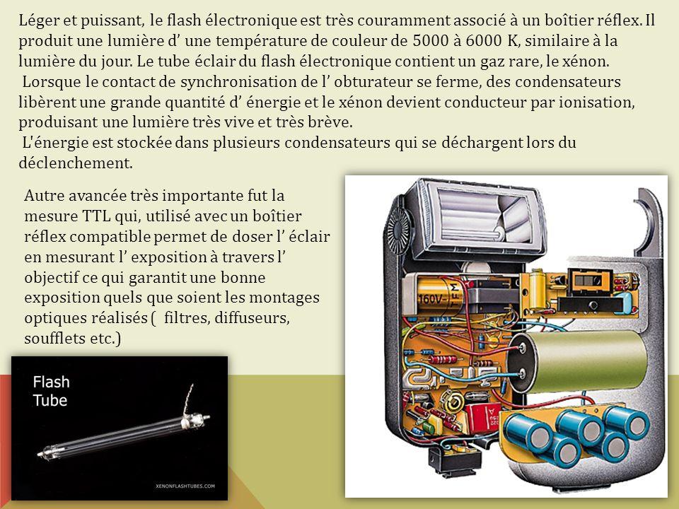 Léger et puissant, le flash électronique est très couramment associé à un boîtier réflex. Il produit une lumière d' une température de couleur de 5000 à 6000 K, similaire à la lumière du jour. Le tube éclair du flash électronique contient un gaz rare, le xénon.