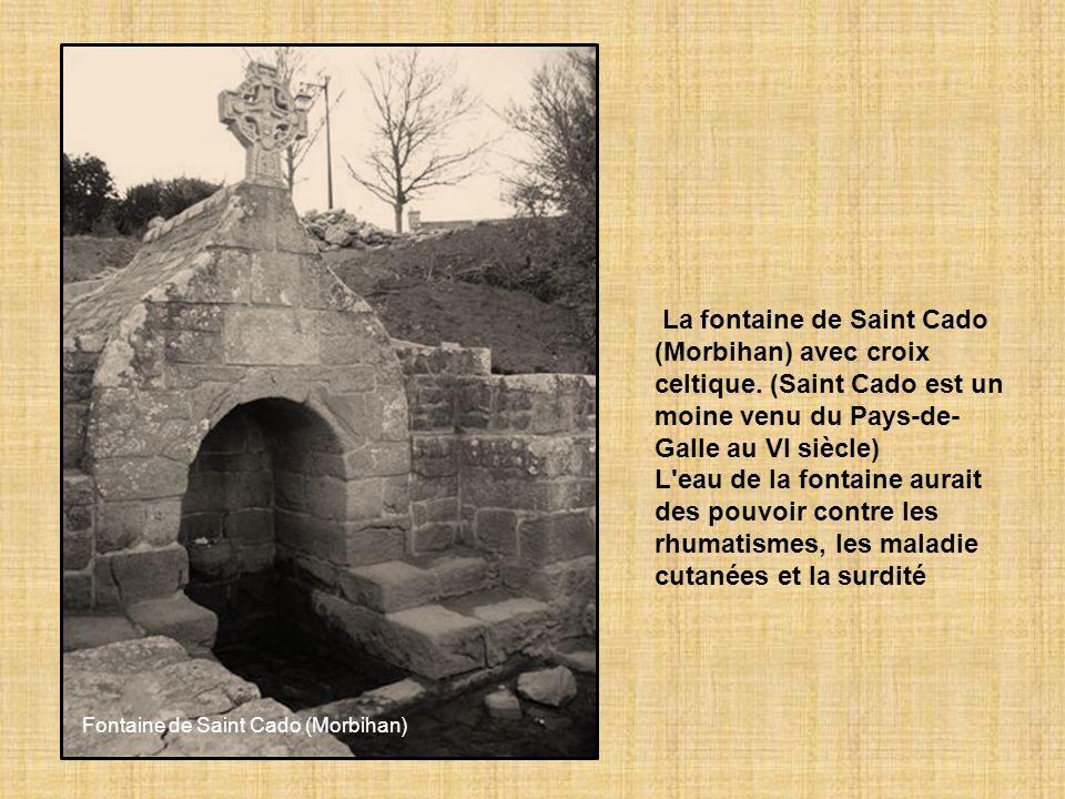 La fontaine de Saint Cado (Morbihan) avec croix celtique