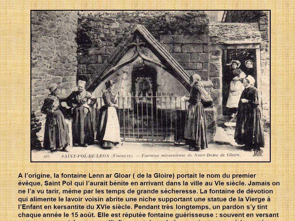 A l'origine, la fontaine Lenn ar Gloar ( de la Gloire) portait le nom du premier évêque, Saint Pol qui l'aurait bénite en arrivant dans la ville au VIe siècle.