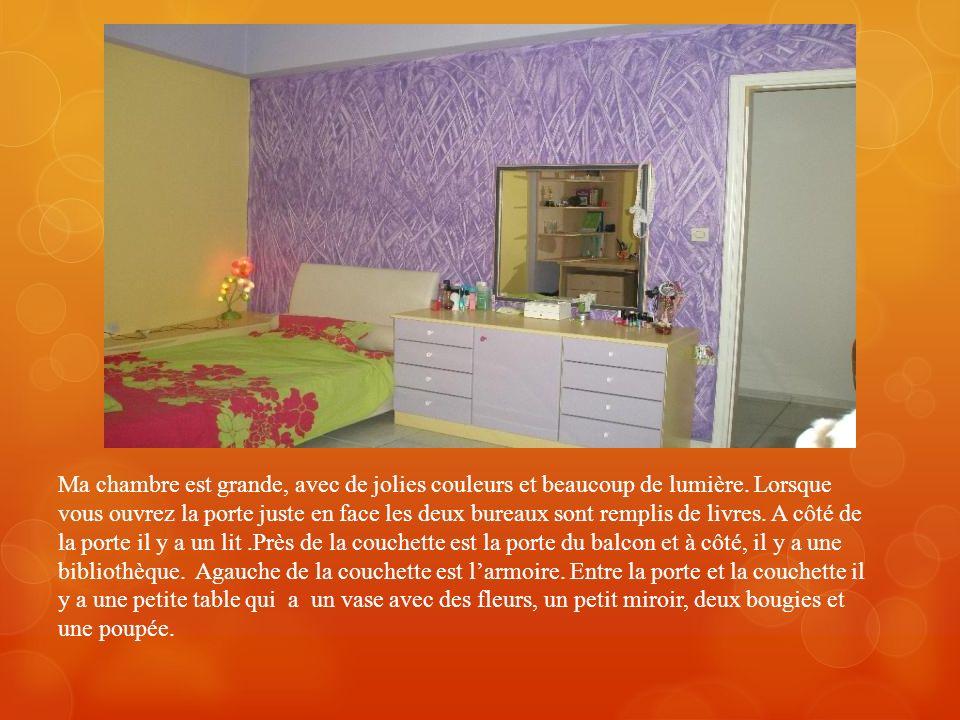 Ma chambre est grande, avec de jolies couleurs et beaucoup de lumière
