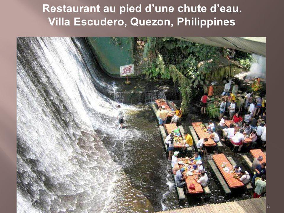 Restaurant au pied d'une chute d'eau