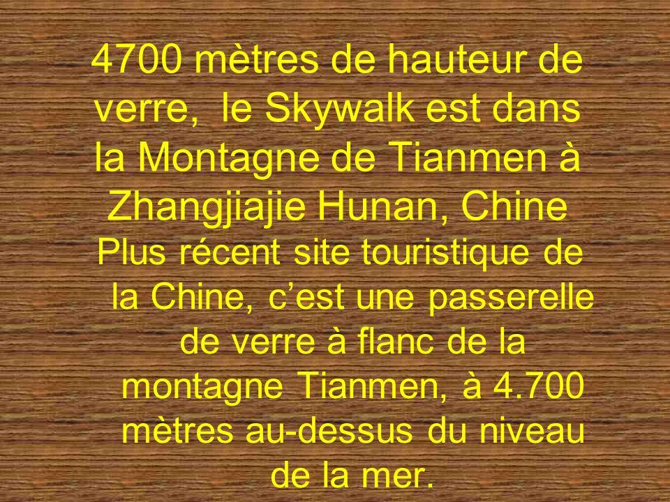 4700 mètres de hauteur de verre, le Skywalk est dans la Montagne de Tianmen à Zhangjiajie Hunan, Chine