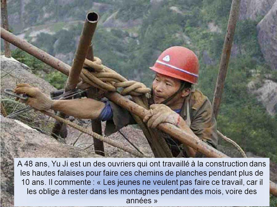 A 48 ans, Yu Ji est un des ouvriers qui ont travaillé à la construction dans les hautes falaises pour faire ces chemins de planches pendant plus de 10 ans.