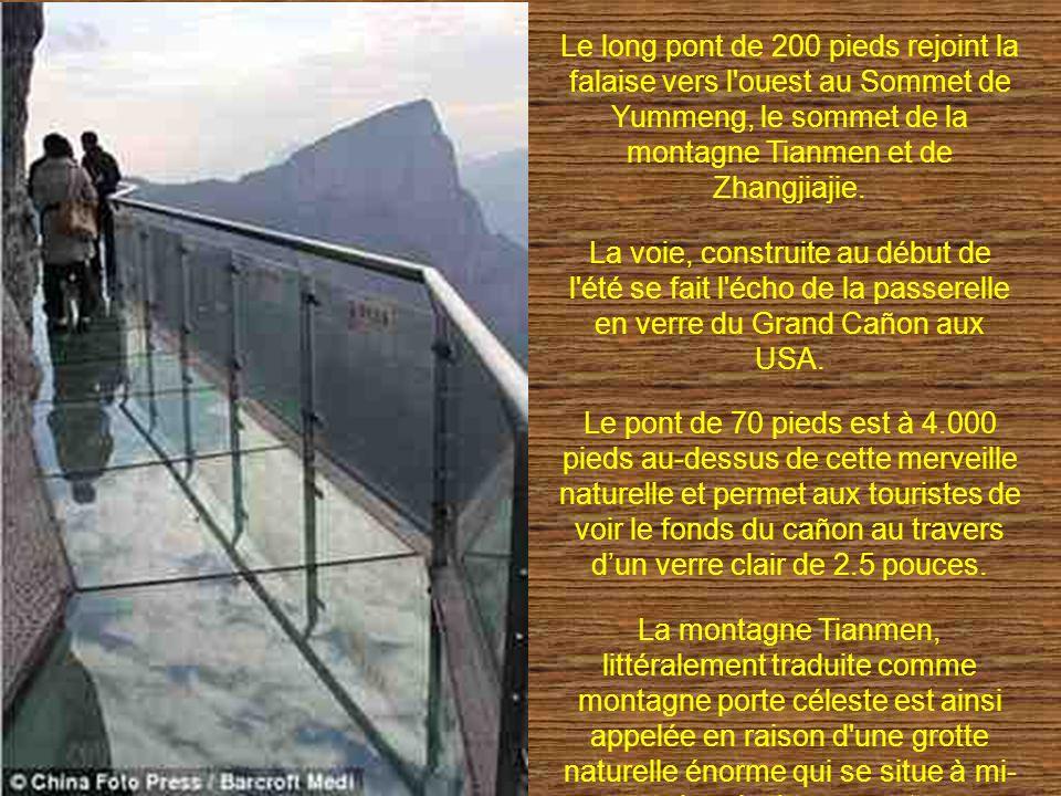 Le long pont de 200 pieds rejoint la falaise vers l ouest au Sommet de Yummeng, le sommet de la montagne Tianmen et de Zhangjiajie.