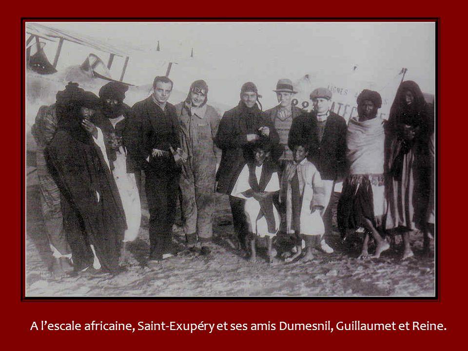 A l'escale africaine, Saint-Exupéry et ses amis Dumesnil, Guillaumet et Reine.