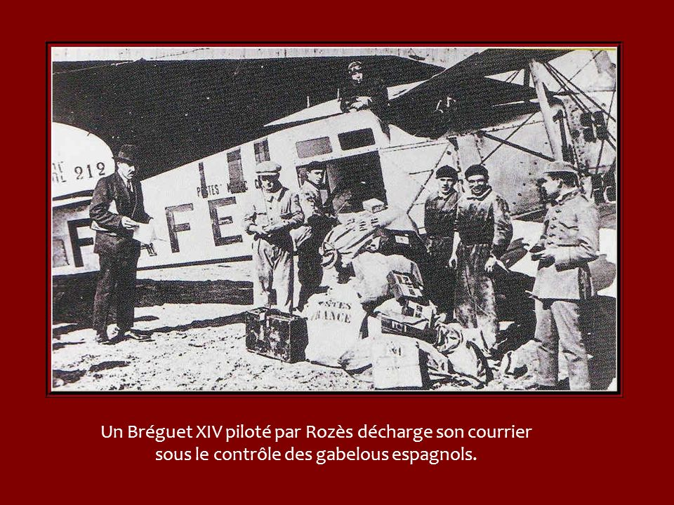 Un Bréguet XIV piloté par Rozès décharge son courrier sous le contrôle des gabelous espagnols.