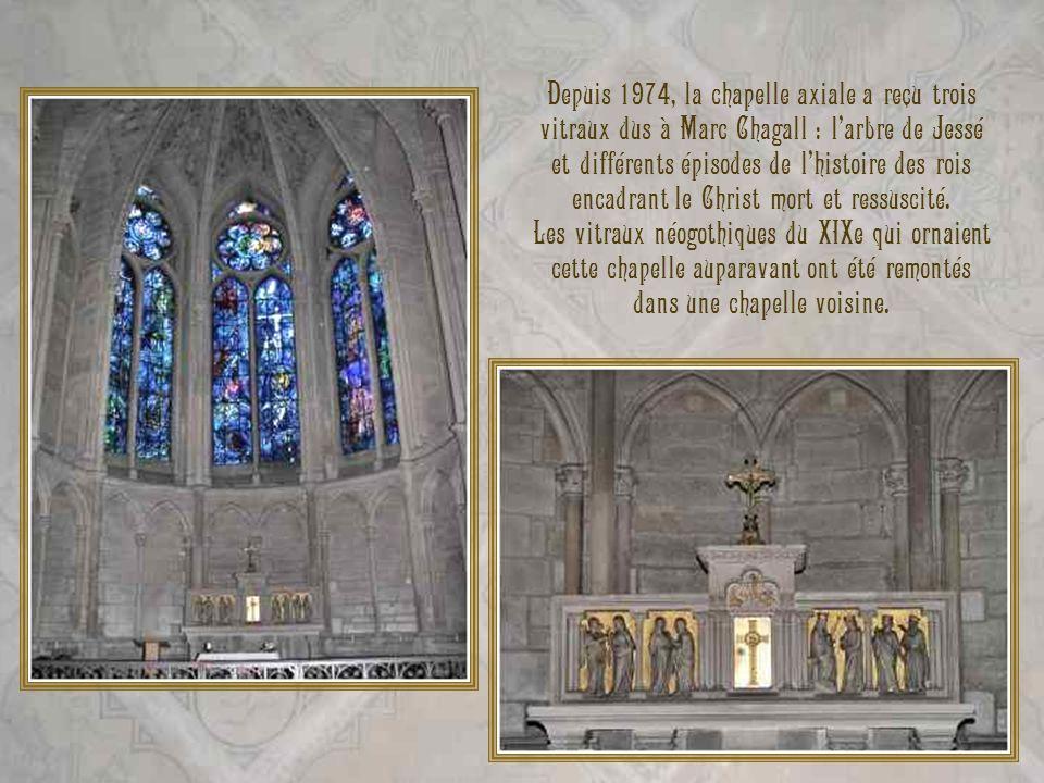 Depuis 1974, la chapelle axiale a reçu trois vitraux dus à Marc Chagall : l'arbre de Jessé et différents épisodes de l'histoire des rois encadrant le Christ mort et ressuscité.