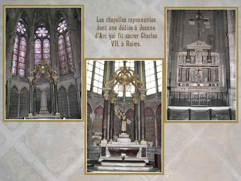 Les chapelles rayonnantes dont une dédiée à Jeanne d'Arc qui fit sacrer Charles VII, à Reims.