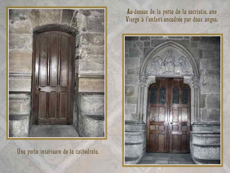 Une porte intérieure de la cathédrale.